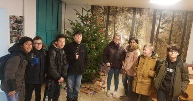 Waldklasse übergibt Weihnachtsgeschenke an die Caritas